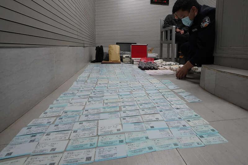 广西南宁查获一制贩假火车票窝点 所贩票据用作
