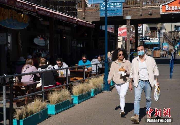 """当地时间2月5日,民众在美国加州旧金山知名景点39号码头用餐。加州于今年1月下旬解除了""""居家令""""限制,各县的餐厅以及个人护理等商业可以重新开放。<a target='_blank' href='http://www.chinanews.com/'><p  align="""