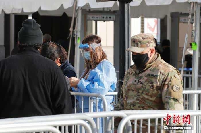 当地时间2月5日,纽约洋基球场新冠疫苗接种点工作人员接待市民。当日,纽约洋基球场作为新冠疫苗大规模接种点启用。据悉,洋基球场接种点只面向纽约布朗克斯区居民开放,计划每周接种15000人。<a target='_blank' href='http://www.chinanews.com/'><p  align=
