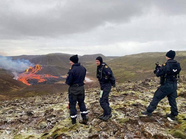 冰岛西南部火山800年来首次喷发 科学家抵达进行研究
