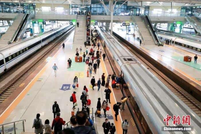 4月5日,旅客在武汉火车站站台准备乘坐高铁列车。 图片来源:视觉中国