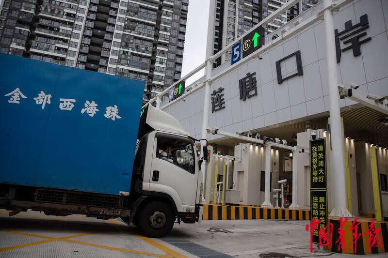 走进深圳莲塘口岸:深港跨境货运通道有序运行