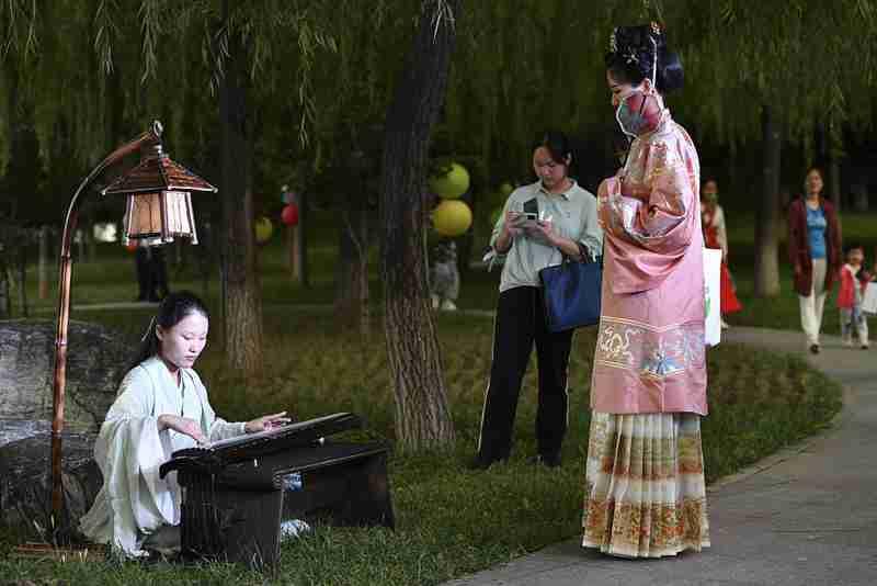 北京理工大学举办中秋赏月游园活动